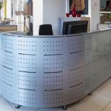 Empfangstresen Fa. Kinnarps - Maße: 200 x 240 cm mit Glas- und Metallverkleidung VERKAUFT