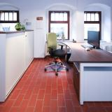 Büroarbeitsplatz bestehend aus: Schreibtisch 180 x 80 / 100 cm Rollcontainer 80 cm tief Schiebetürenschrank 180 x 42 x 115 cm Schiebetürenschrank 160 x 42 x 85 cm SONDERPREIS NETTO: 1.500 € (statt 3.800 €)  zzgl. gesetzlicher MwSt.